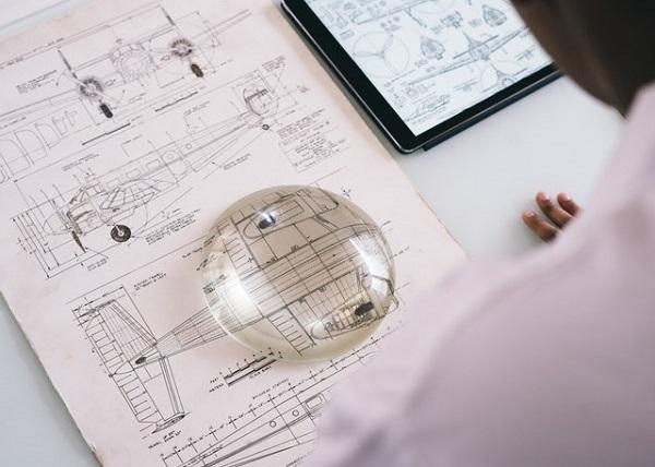 Kỹ sư cơ khí chuyên phân tích và thiết kế bản vẽ.