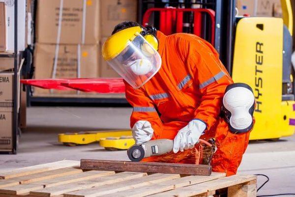 Thợ cơ khí làm việc trong các công xưởng, nhà máy