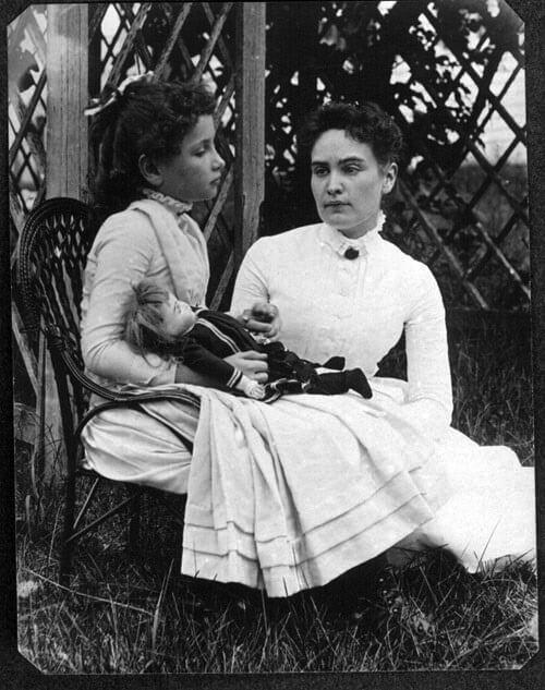 Helen Keller với cô giáo của mình lúc nhỏ