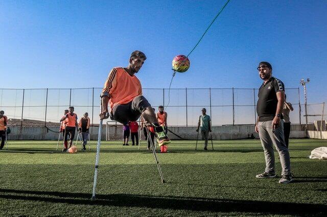 Người khuyết tật vẫn chơi và đá banh như thường
