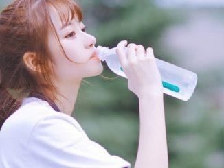 Uống đủ nước để da tươi trẻ như tuổi đôi mươi