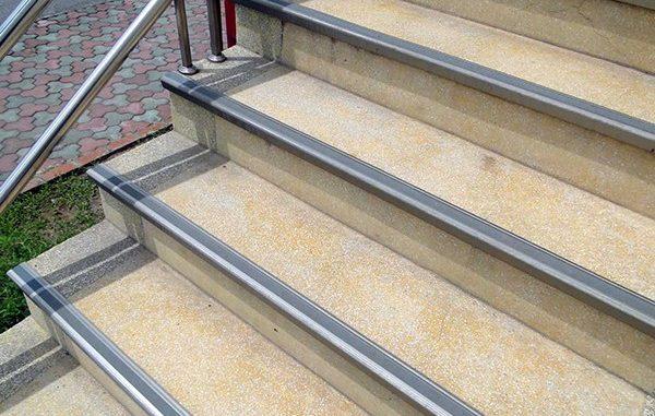 Cần chống trơn trượt cho cầu thang